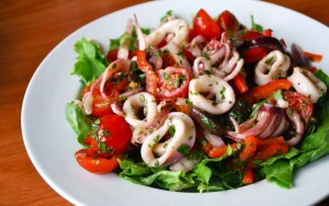 prostye-i-vkusnye-recepty-salatov-s-kalmarami-v-domashnix-usloviyax-3-1024x640